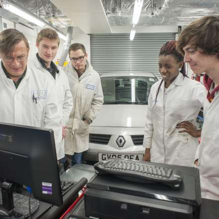 Demonstration in the automotive engineering lab