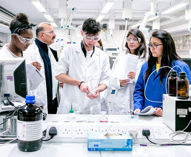 Students in the lab at an Applicant Day